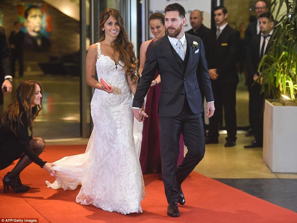 41ED0FDD00000578-4654150-Antonella_s_dress_as_well_as_two_others_the_bride_will_wear_duri-a-9_1498912533491